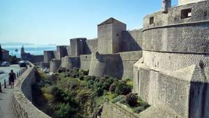 Potężne mury Dubrownika to najlepiej zachowany system średniowiecznych fortyfikacji w Europie. charlemagne-21733/ pixabay.