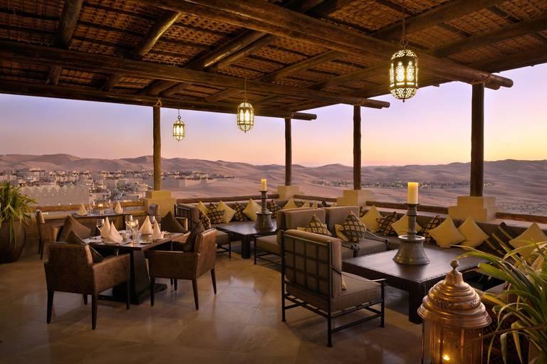 Taras restauracji Suhail. Źródło: Anantara Hotels.