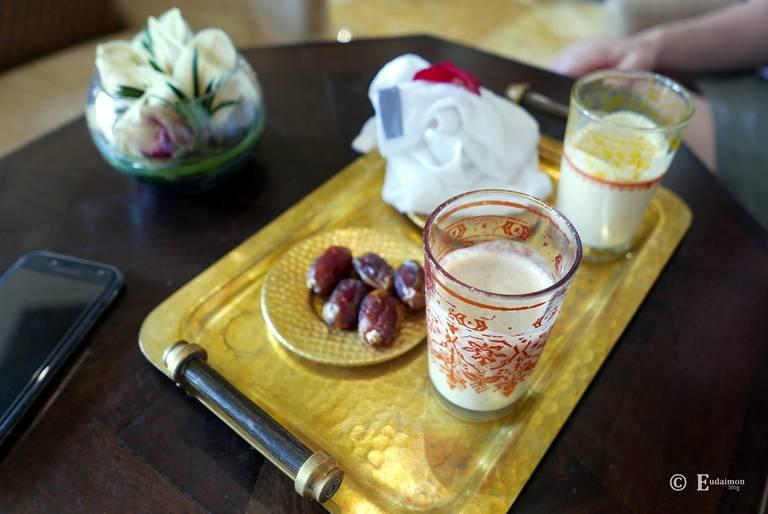 Powitalny poczęstunek - napój na bazie mleka wielbłąda i daktyle.