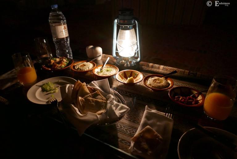 Kolacja pod gwiazdami w restauracji Al Fajal.