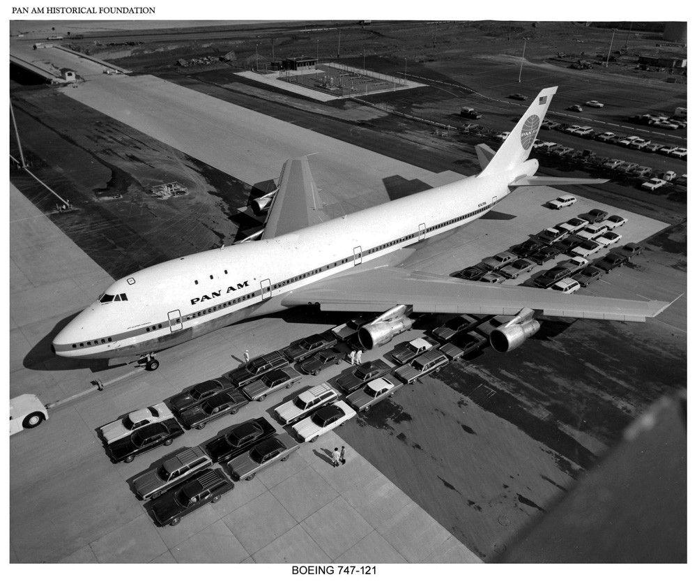 Pan Am Boeing 747 w porównaniu z kolumną samochodów. Źródło: Pan Am Historical Foundation/ www.panam.org