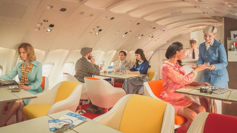 Salon barowy w replice Boeinga 747 Jumbo Jet linii Pan Am. Autor: Mike Kelley/ www.mpkelley.com