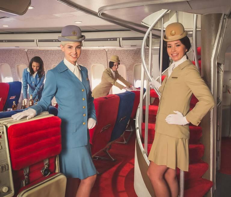 Stewardessy w replice Boeinga 747 Jumbo Jet linii Pan Am. Autor: Mike Kelley/ www.mpkelley.com
