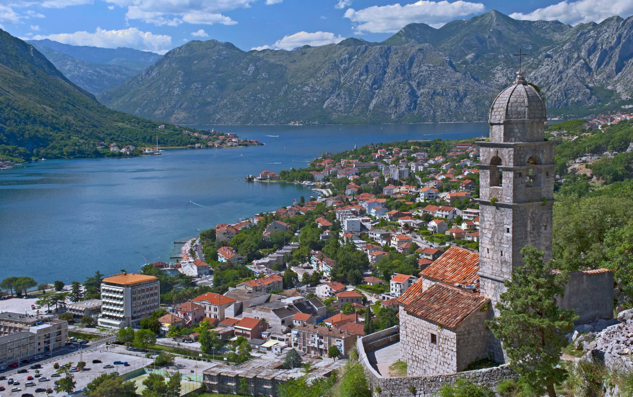 Widok na Zatokę Kotorską z fortyfikacji obronnych górujących nad Kotorem. Arno Hoyer/ flickr. CC BY 2.0