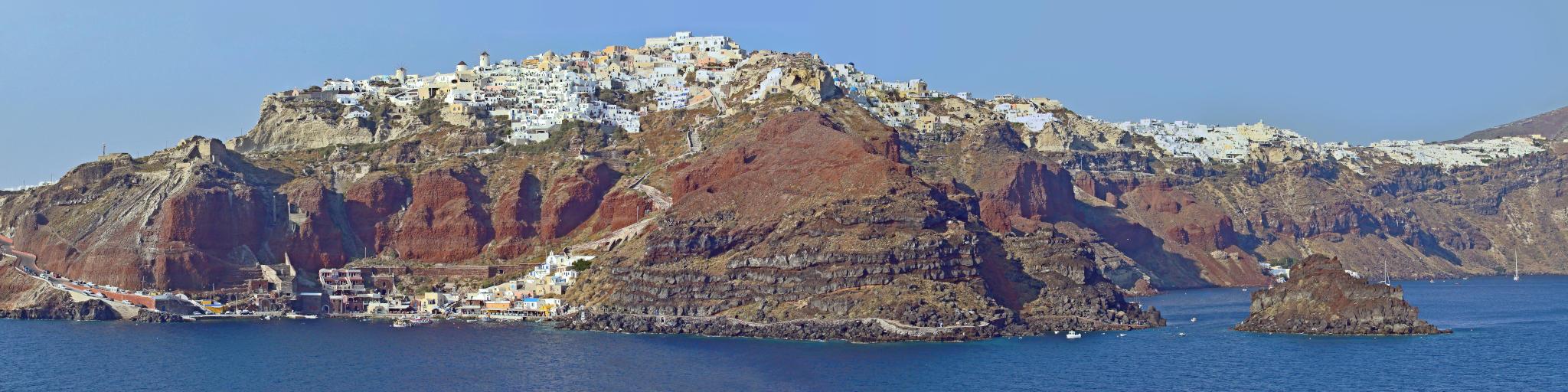 Oia na szczycie klifu oraz przystań/ zatoka Amoudi na dole.