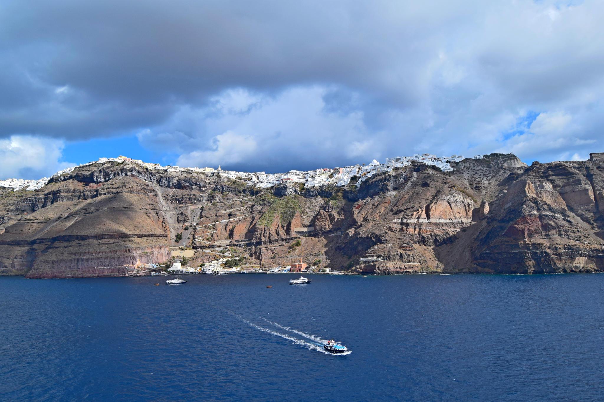 Widok na miasto Fira (stolicę Santorini), zlokalizowane na szczycie klifu oraz port poniżej.