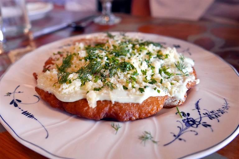 Langosz - placki przypominające polskie, domowe pączki, smażone na głębokim oleju. Podawane na ciepło, najczęściej ze śmietaną i startym serem.  Lou Stejskal/ flickr. CC BY 2.0