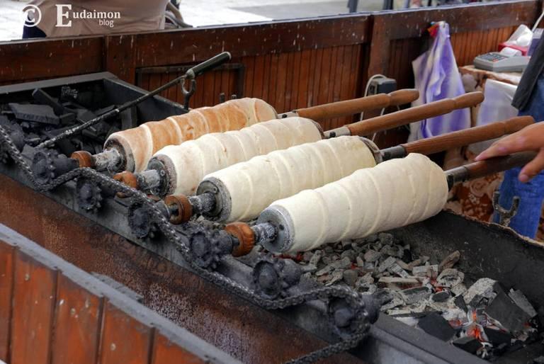Kurtoszkołacz – tradycyjne węgierskie ciasto pochodzące z transylwańskiej Seklerszczyzny. Piecze się je nad żarzącym ogniem.