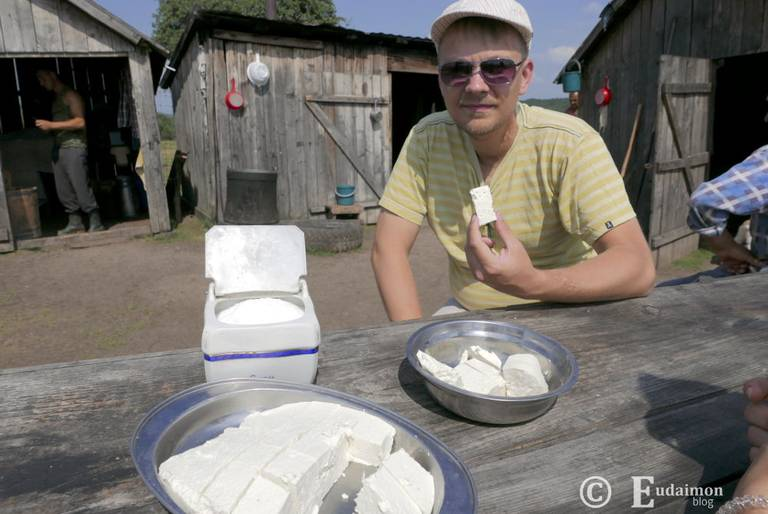 Degustacja świeżego, owczego sera w obozie pasterskim © Eudaimon blog