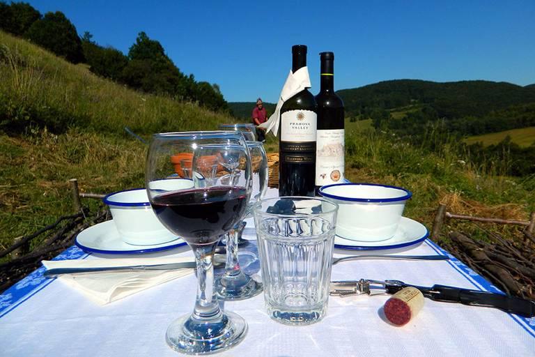 Obiad w plenerze w Zalanpatak. Źródło: zalan.transylvaniancastle.com