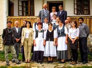 Książe Karol i Hrabia Kalnoky (w górnym rzędzie) z personelem pensjonatu w Zalanpatak. Źródło zdjęcia: zalan.transylvaniancastle.com
