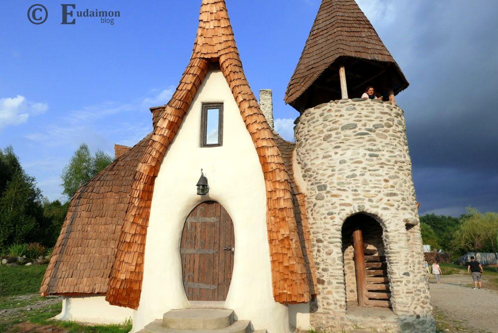 Bajkowy domek Castelul de Lut (Valea Zalenor).