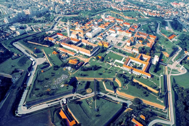 Starówka Alba Iulia, otoczona imponującą, gwiaździstą Cytadelą. Kiki Vasilescu/ Wikimedia Commons, licencja CC