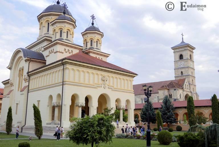 Prawosławna katedra Św. Trójcy (z 1922r.) symblicznie dominuje nad katolicką (po prawej). Dominującym wyznaniem w Rumunii jest Prawosławie.