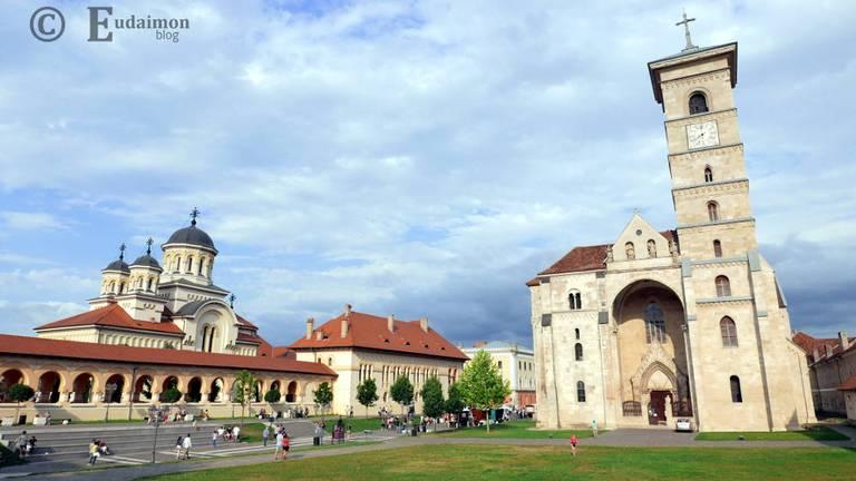 Katolicka katedra św. Michała. Na drugim planie, po lewej: prawosławna katedra Św. Trójcy © Eudaimon blog
