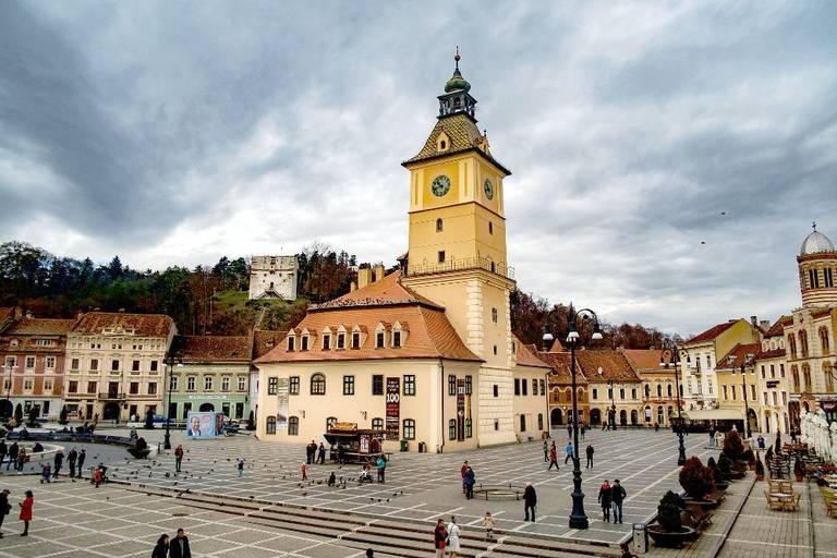 Miejski rynek (Piața Sfatului) z historycznym Ratuszem