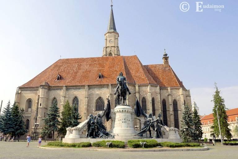 Pomnik Macieja Korwina (węgierskiego króla urodzonego w Kluż) przed gotyckim Kościołem Św. Michała z XIV/XVw. (to drugi największy kościół Transylwanii, po Czarnym Kościele w Braszowie) na Placu Unii © Eudaimon blog