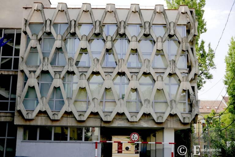 Brutalistyczny budynek Biblioteki Akademii Rumuńskiej z 1976r. © Eudaimon blog