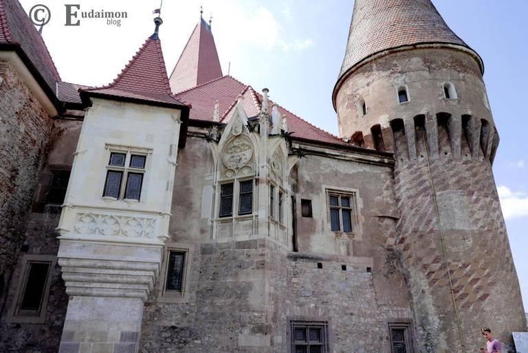 Po prawej tzw. Wieża Muszkatowa. Jej ściany pokrywa fresk przedstawiający motywy geometryczne © Eudaimon blog
