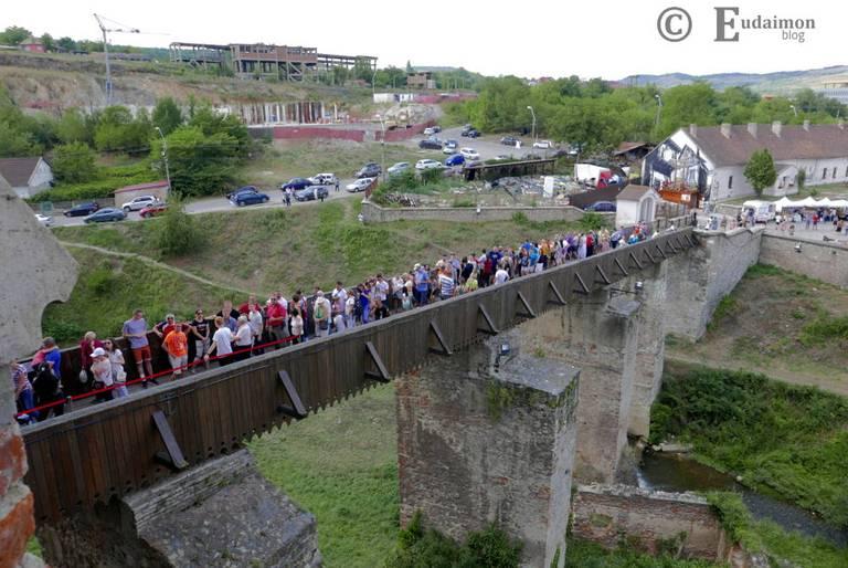 Kolejka turystów do wejścia do zamku © Eudaimon blog