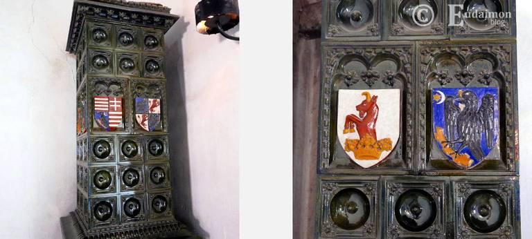 Historyczny piec z namalowanymi herbami © Eudaimon blog