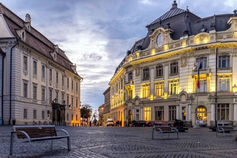 Pałac Brukenthal (po lewej) i Ratusz (po prawej). Sergey Norin/ flickr, CC BY 2.0