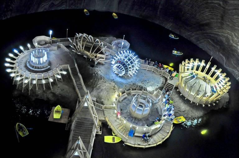 Podziemne jeziorko solne z futurystyczną architekturą. Gabriel Tocu/ Wikimedia Commons, CC BY-SA 4.0